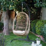 silla-colgante-en-el-jardin